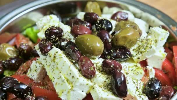 Detail z čerstvé vegetariánské zeleninové Řecký salát sýr feta paprika rajčata olivy a koření. Malá hloubka ostrosti