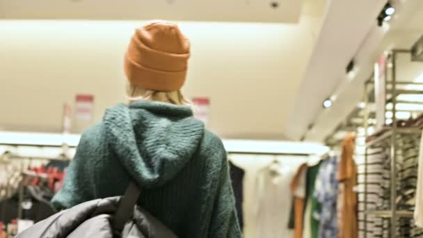 Od zadní zobrazit nákupy v svetr a čepice provede obchod s oblečením. Živá kamera