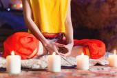 Detail Zenske ruky v lotosu představují jóga meditace v tvorbě místnosti se svíčkami