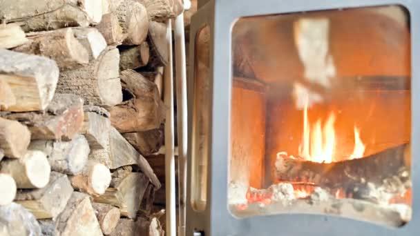 V den vedle velké hromady ohnišového dřeva se v těsném závěsu za žáruvzdorného skla nachází blízko žhavého dříví. Ekologicky šetrný energetický systém