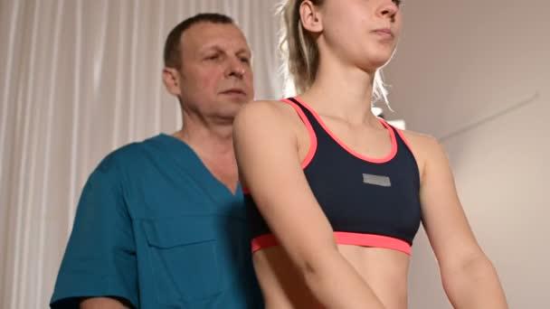 Medium Shot männlicher Physiotherapeut bei einer Wellness-Massage für eine junge Patientin. Osteopathie und nicht traditionelle manuelle Medizin