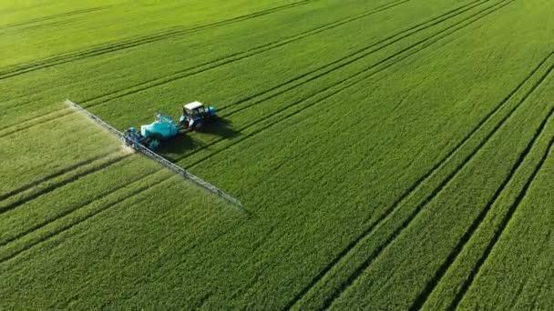Krasnodar, Oroszország-május 24, 2019: légifelvétel mezőgazdasági gép Belorusszia egy öntözőrendszer Berthoud túrák a zöld területen a mezőgazdasági termények és elvégzi öntözés.