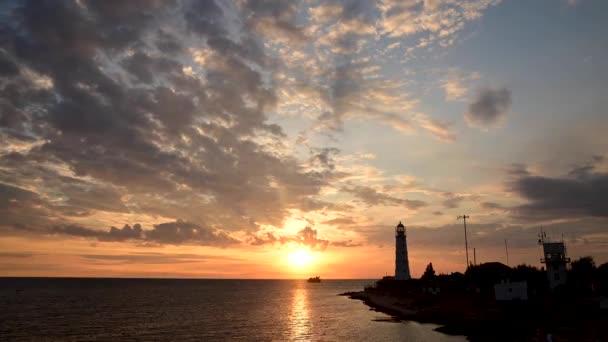Marine Zeitraffer-Silhouette der Küste und des Leuchtturms mit der Bewegung der Wolken am Abend 4k