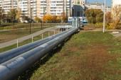 moderne erhöhte Wärmerohre. Pipeline oberirdisch, die Wärme zur Beheizung der Stadt leitet. städtische Wärmeleitung in Metallisolierung in Wohnviertel der Stadt. offene Verlegung auf Säulen. Kommunale Wärmeversorgung