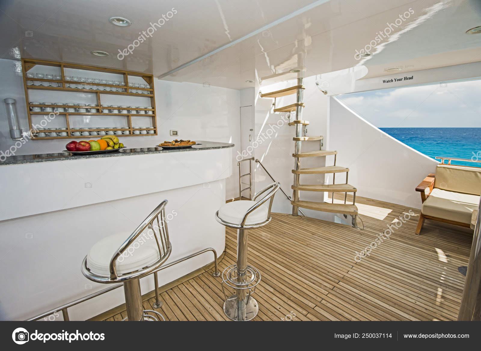 Area bar con sgabelli sul ponte di uno yacht a motore di lusso