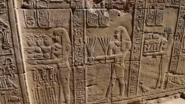 hieroglyfické rytiny na zdi starověký egyptský chrám