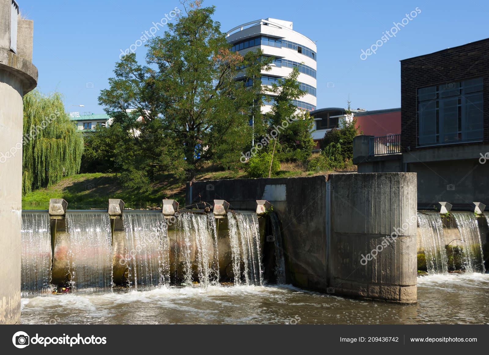Eine Kombination Aus Moderner Architektur Und Natur Bürogebäude Der Stadtu2013  Stockbild