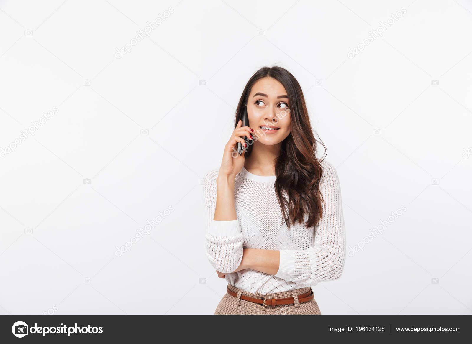 989d868e11 Retrato de una empresaria asiática sonriente hablando por teléfono móvil y mirando  lejos, aislado sobre fondo blanco — Foto de Vadymvdrobot