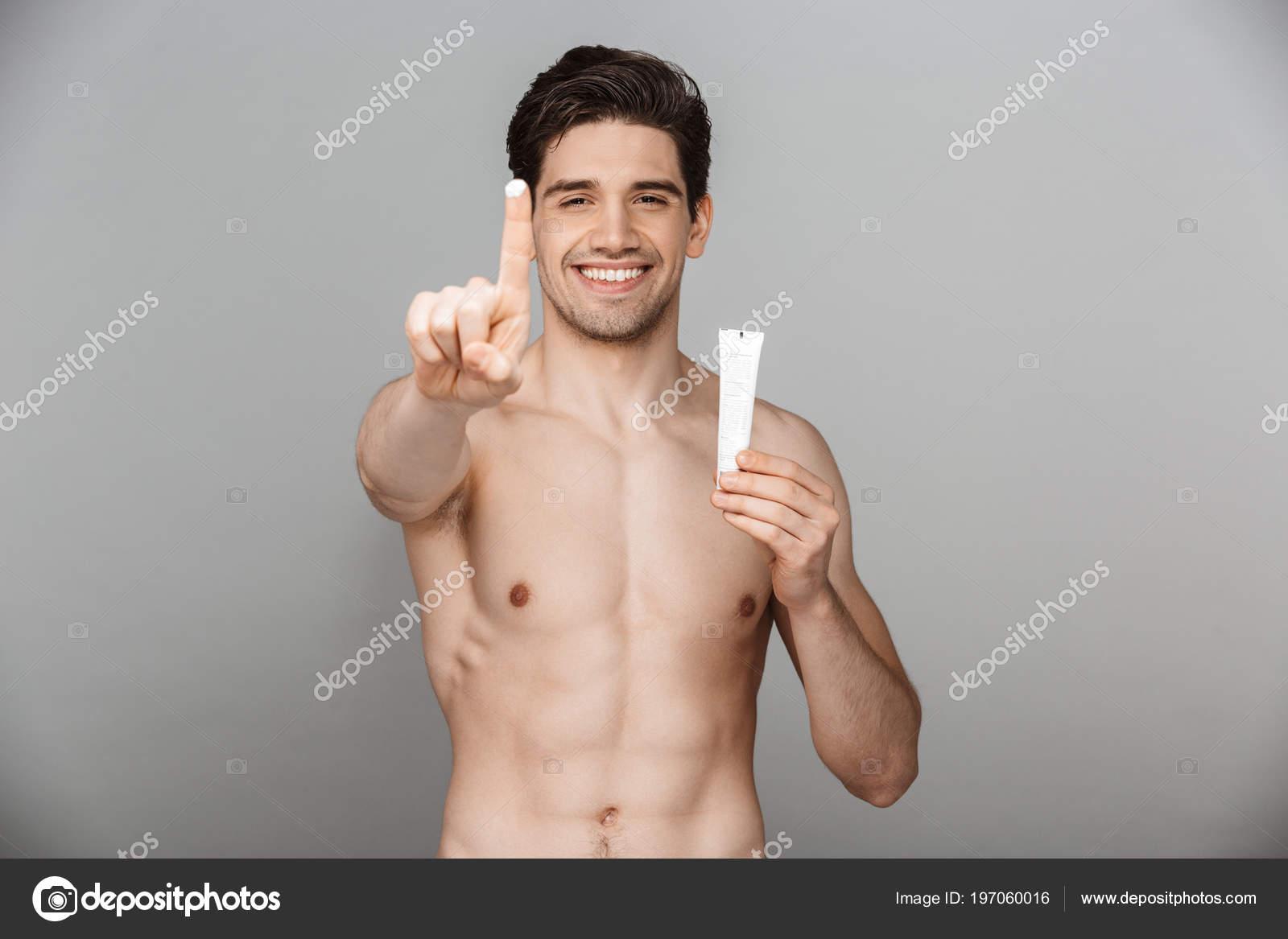 Dospívající muž slaví nahá