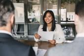 Fotografie Business, Karriere und Platzierung Konzept - junge asiatische Frau lächelnd und halten Lebenslauf, beim sitzen vor der Direktoren während Geschäftstreffen oder Vorstellungsgespräch