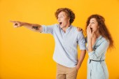 Bild von aufgeregten Freunden liebende Paar steht isoliert über gelbem Hintergrund zeigt.
