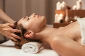 Krásná mladá dívka s tváří masáž ve wellness salonu