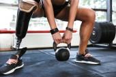 Immagine potata di incredibile sport per disabili forte donna fare esercizi con attrezzature palestra di sport