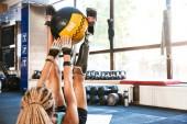 Fotografie Portrait von sportlichen behinderte Frau mit Prothese im Trainingsanzug auf der Matte liegen und Übungen mit Fitness-Ball im Fitness-Studio