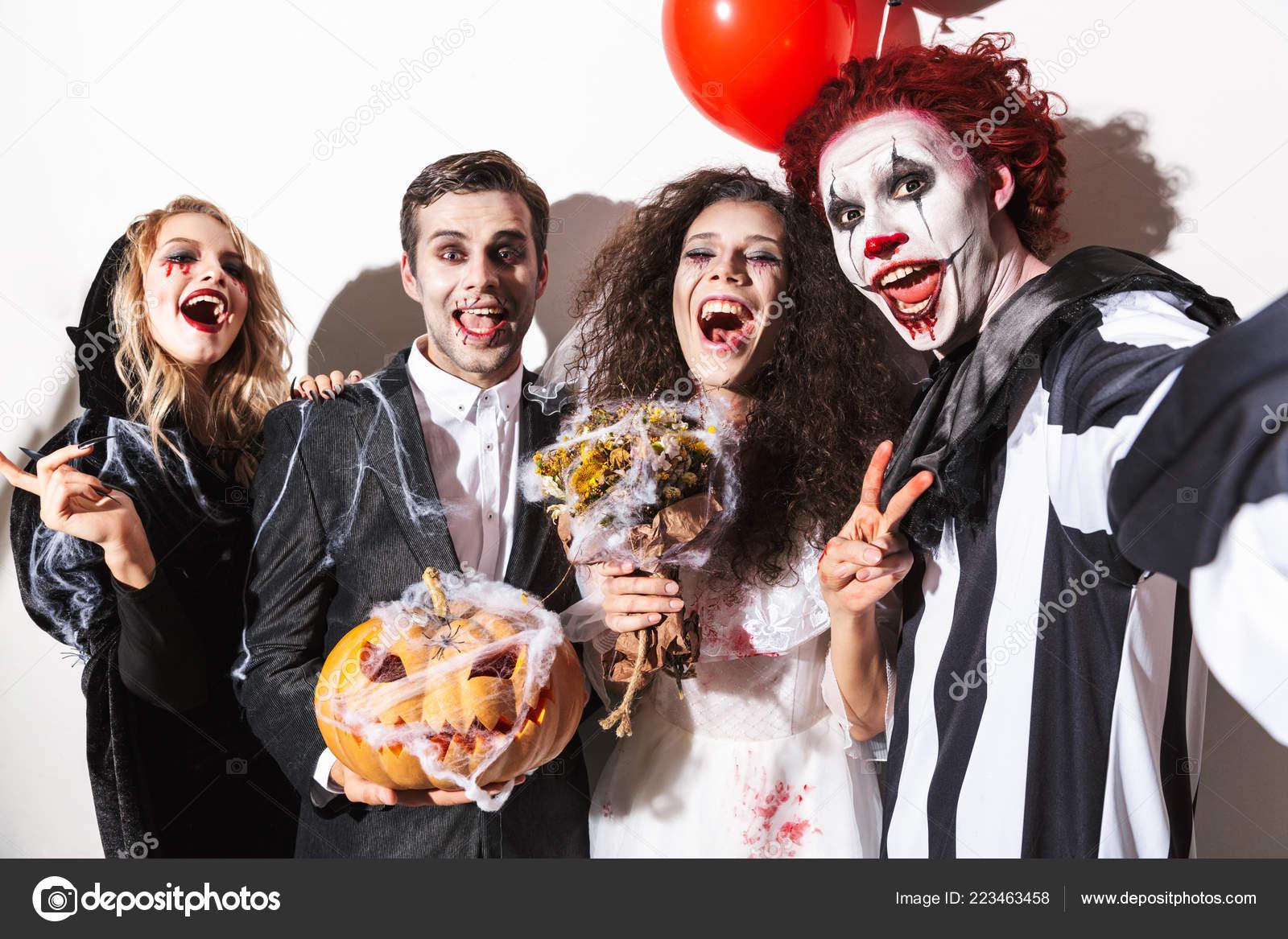 Halloween Gruppo.Gruppo Amici Emozionanti Vestite Costumi Spaventosi Che Celebra
