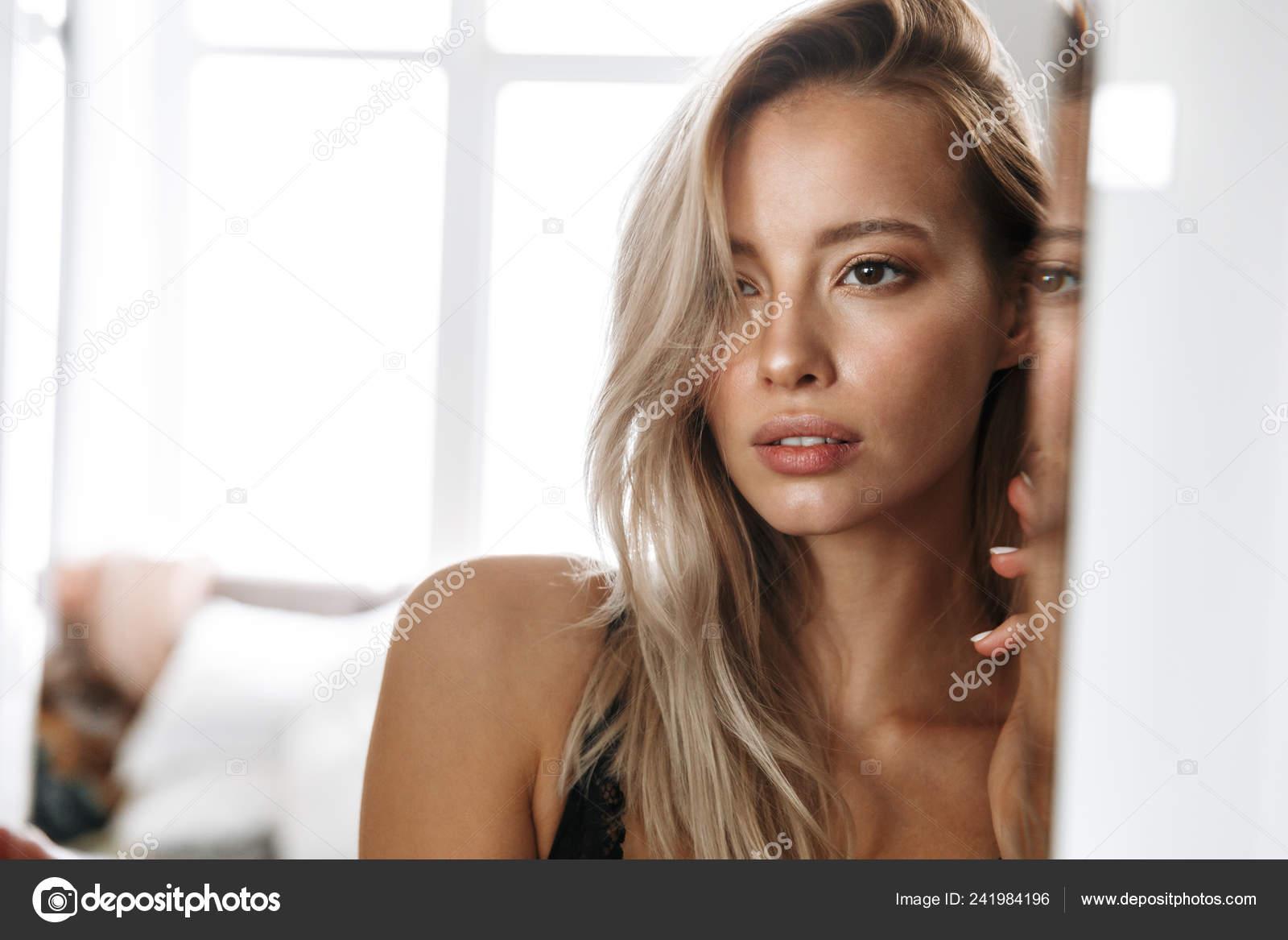 Очень красивая молодая блондинка в белом белье 7