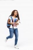Portrét bruneta, africké americké ženy, která nosí batoh Wal