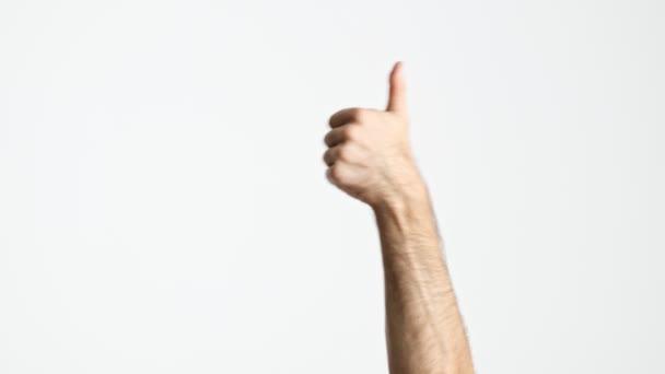 Vista ritagliata delluomo che mostra attivamente il gesto del pollice verso lalto con la mano sollevata dal basso su uno sfondo bianco isolato
