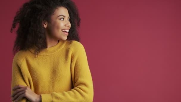 Mladý africký šťastný pozitivní žena izolované přes tmavě červené vínové pozadí ukazující v pořádku gesto