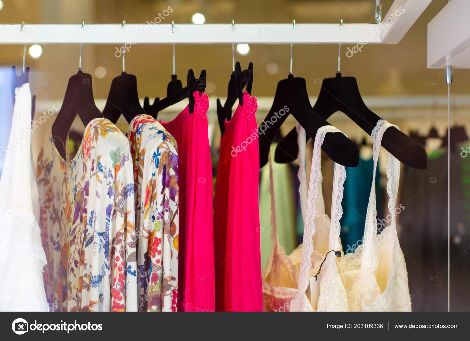 d8596e2a8344 Ράφι με κρεμάστρες γυναίκα Γυναικεία ρούχα κατάστημα μόδας — Εικόνα από ...