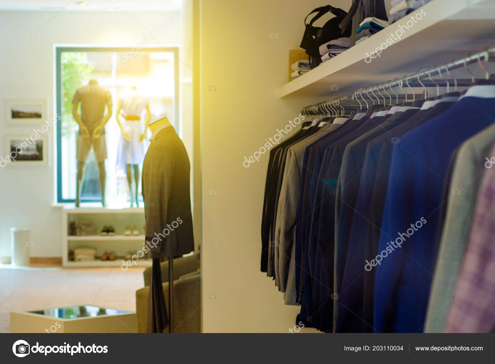 ff2b7c7d136b Ράφι με κρεμάστρες άνθρωπος Ρούχα ανδρικά μανεκέν κατάστημα μόδας — Εικόνα  από Evgenyjs1
