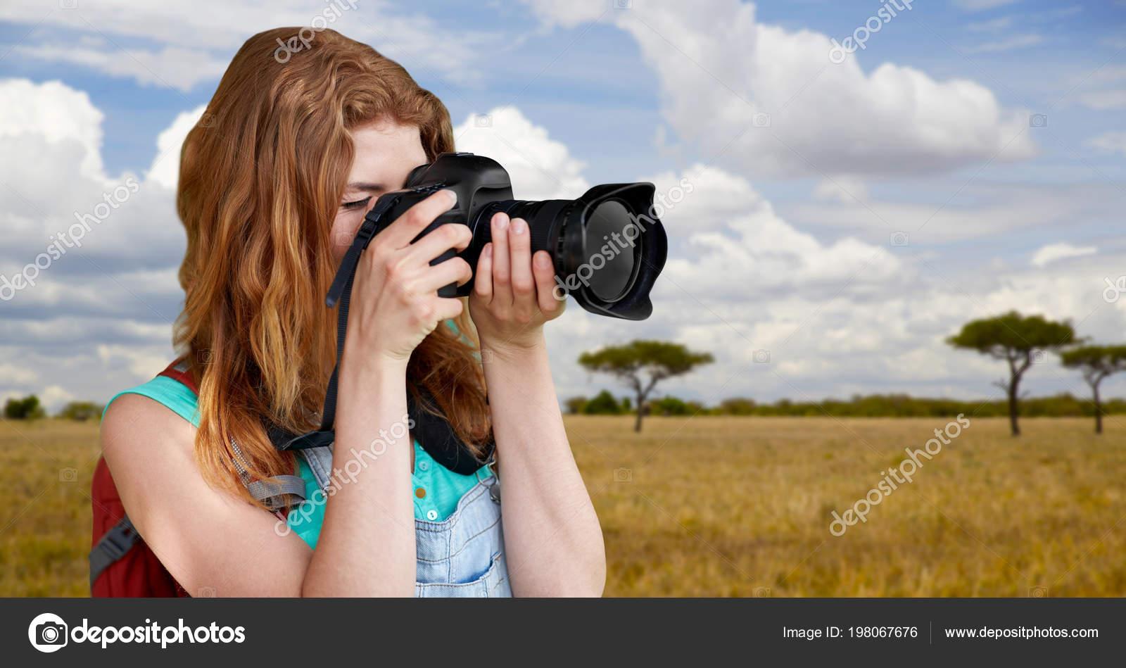 Femme Avec Sac à Dos Et Appareil Photo Dans La Savane