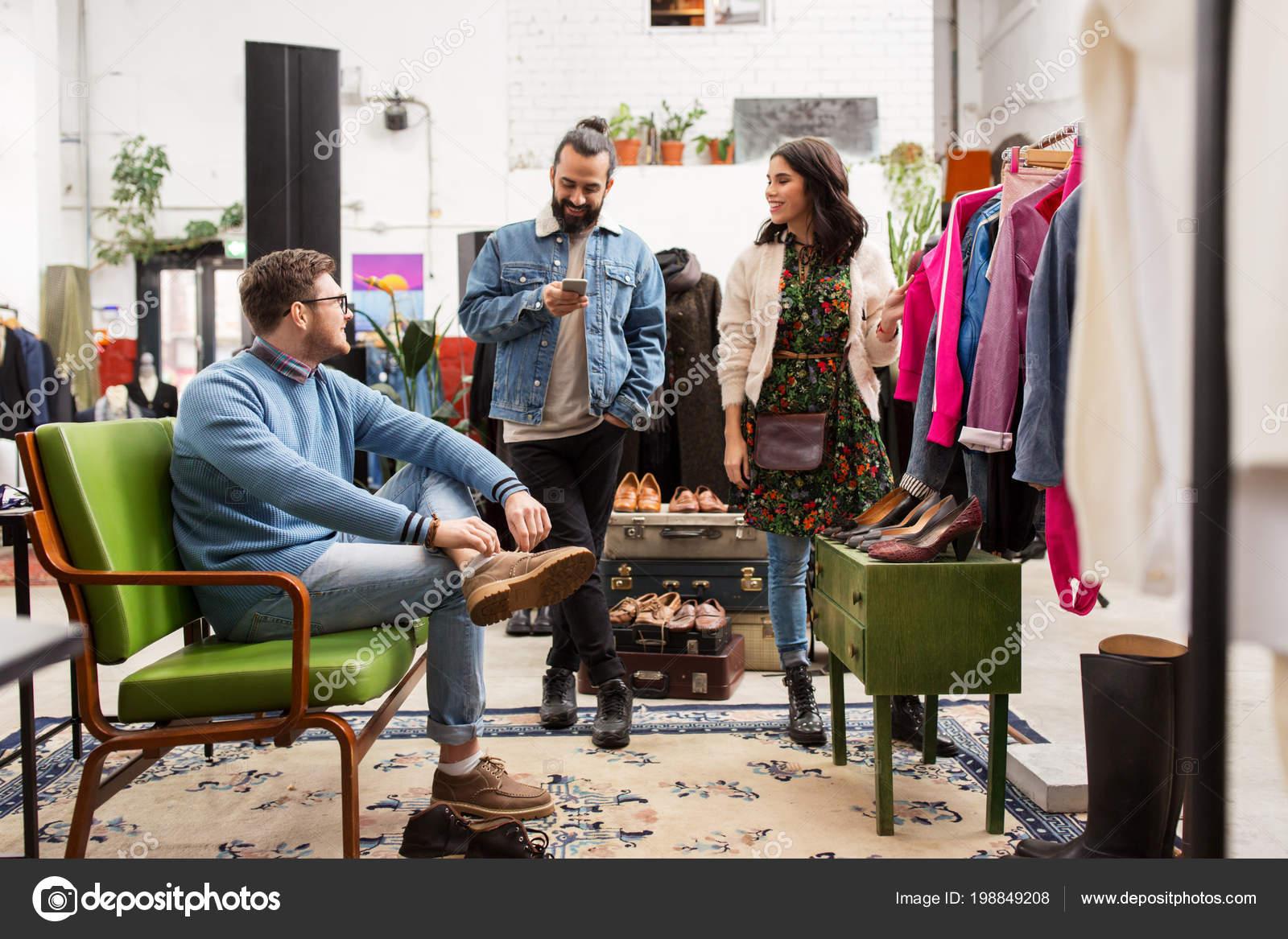 the best attitude d6be1 36805 Amici scelgono i vestiti al negozio di vestiti vintage ...