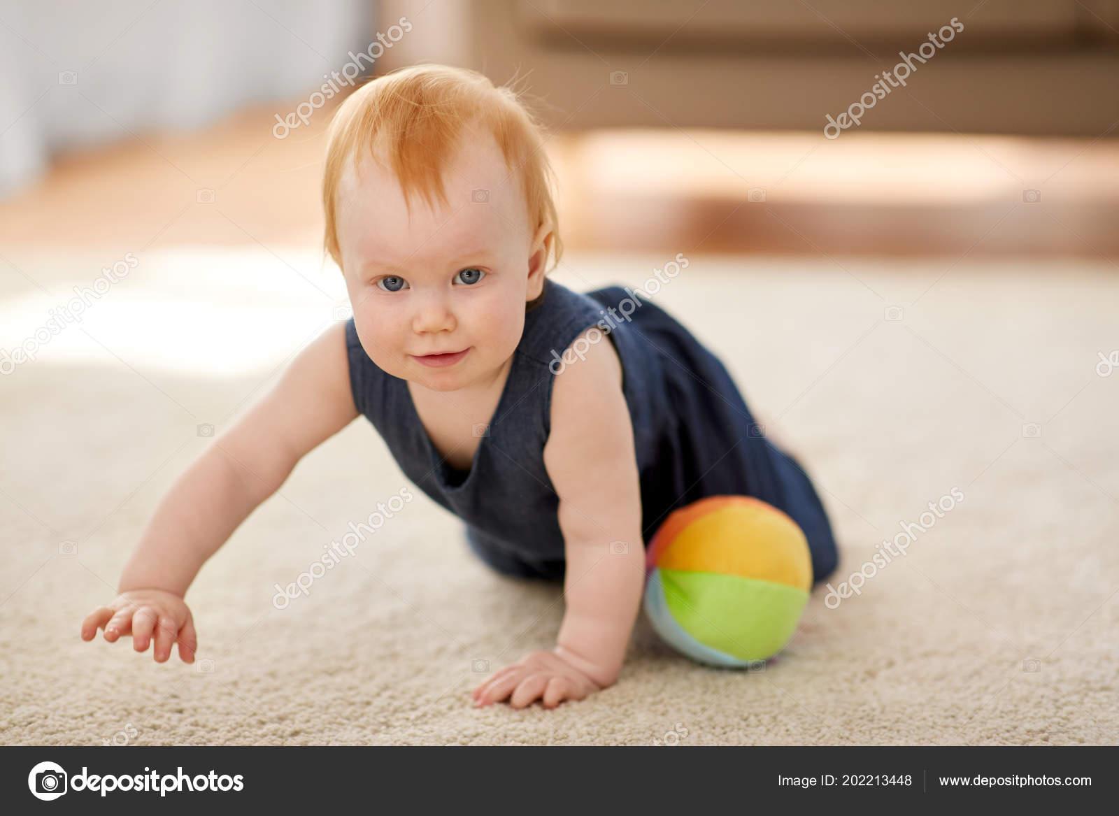 12d0da450 Concepto de infancia, niños y personas - pelirroja encantadora niña con  bolas de juguete en casa — Foto de Syda_Productions  ...