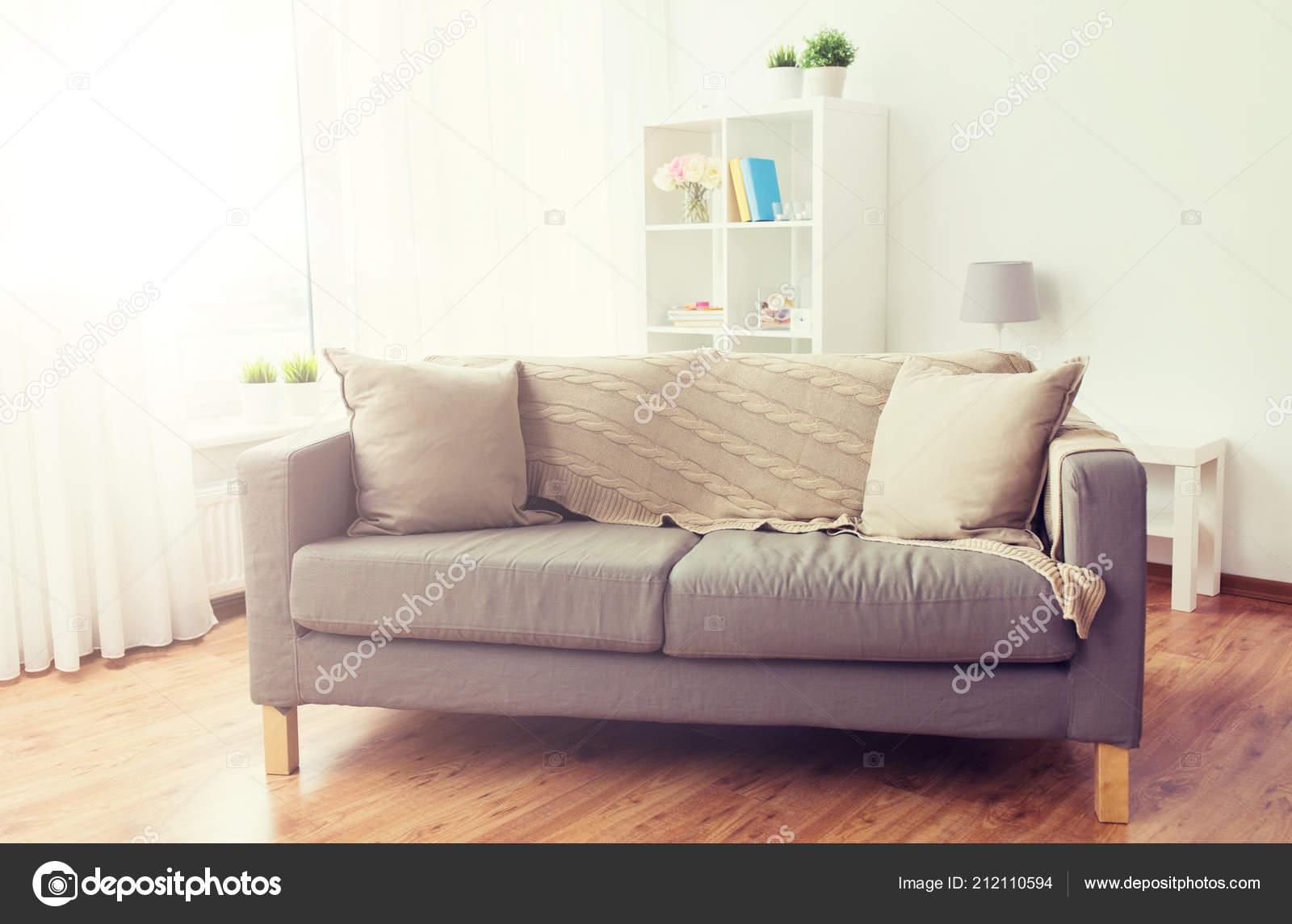 Bank met kussens op gezellige huis woonkamer u2014 stockfoto