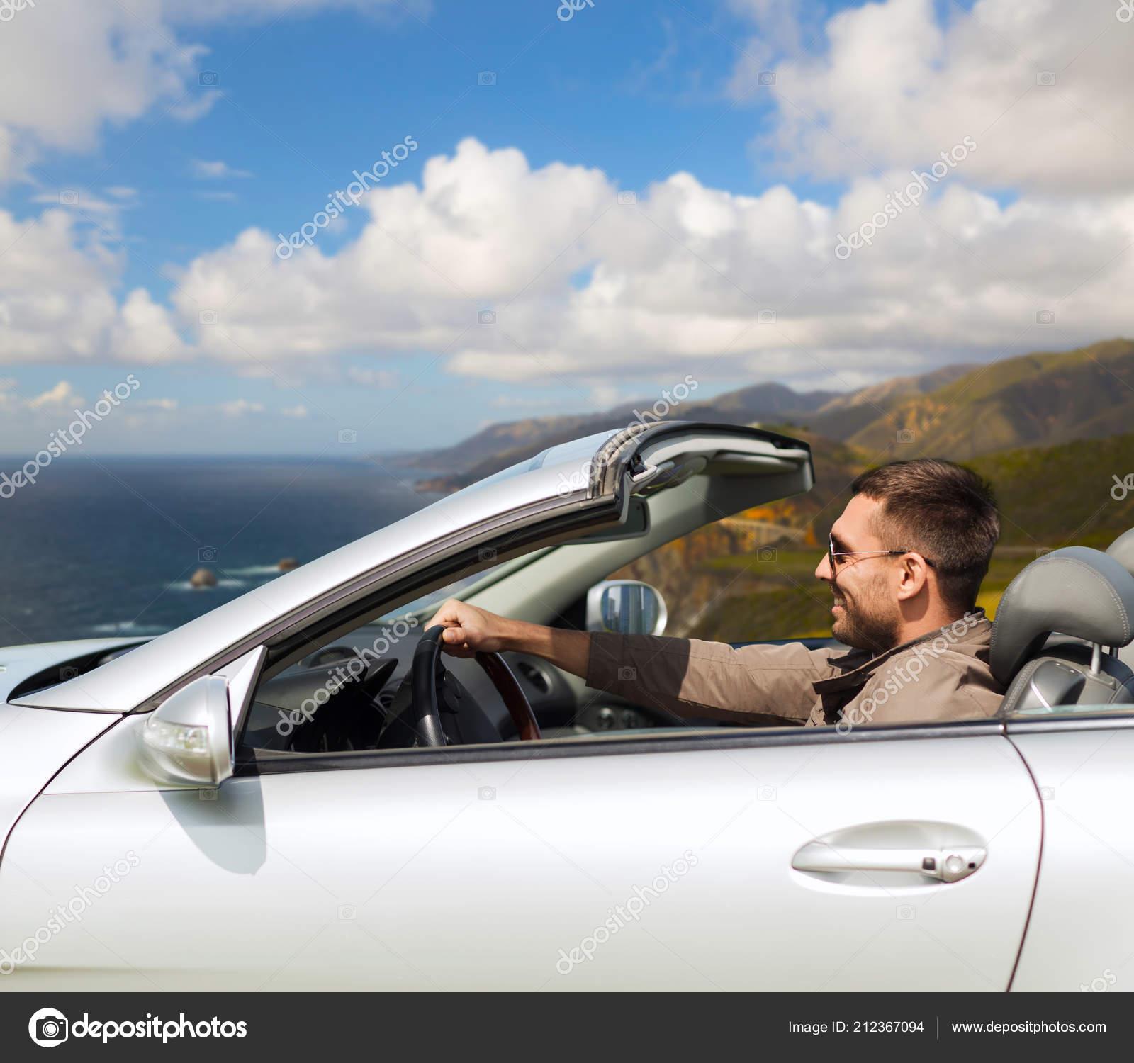 5c13e7b06d Hombre conduciendo coche descapotable por gran sur colinas — Foto de Stock