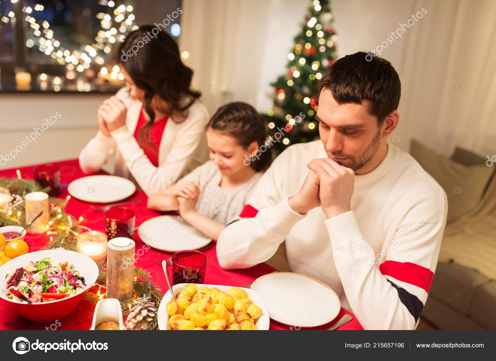 Pasti Di Natale.Famiglia Di Preghiera Prima Del Pasto Al Pranzo Di Natale
