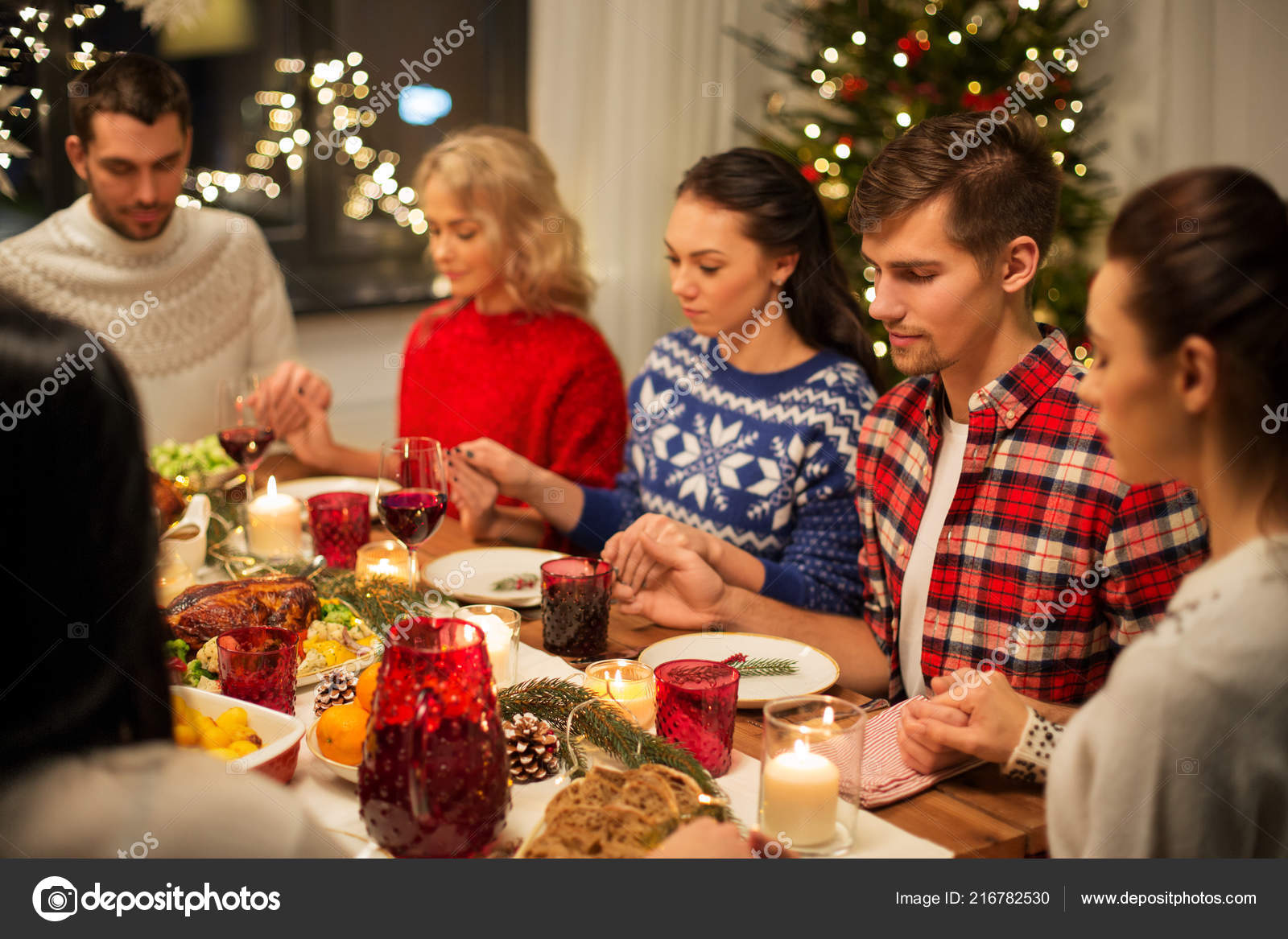 Fotos Cena Navidad Frinsa.Friends Having Home Christmas Dinner And Praying Stock