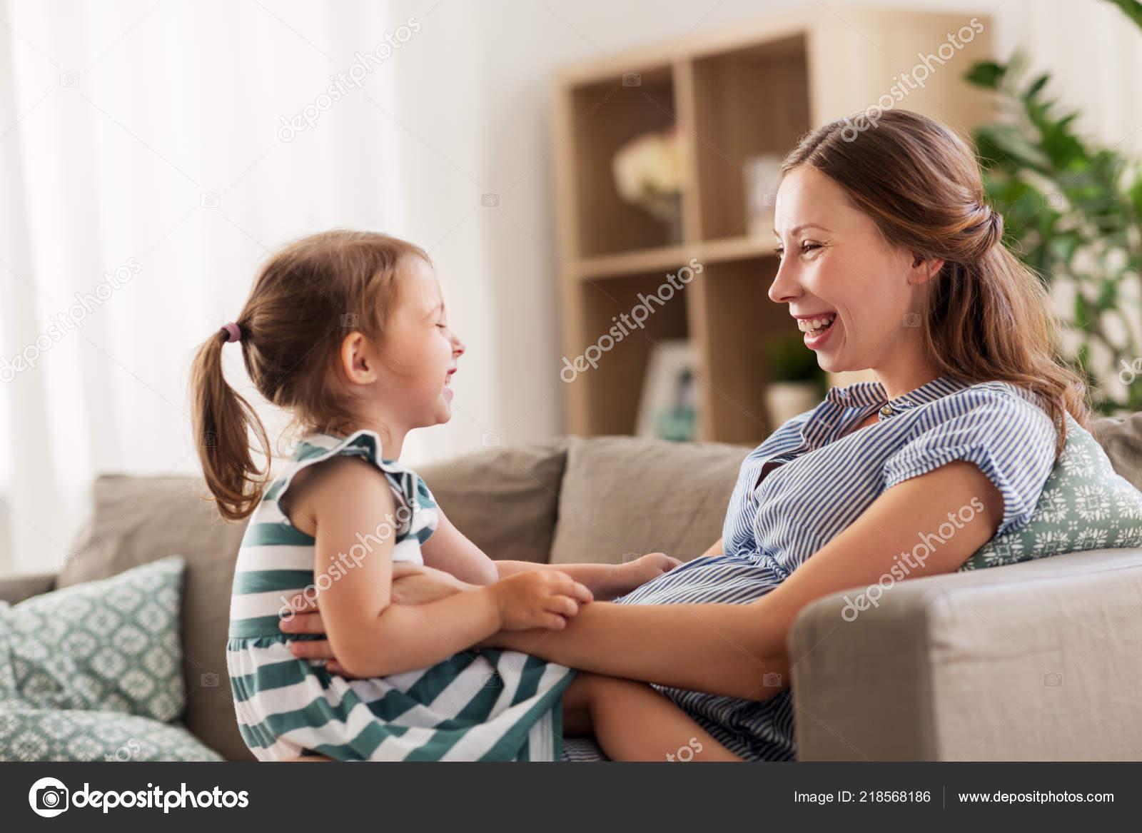 Фото дочка лижит матери, Подросток лижет письку мамочке и трахает 17 фотография
