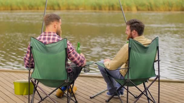 Comment ne pas être déçu par vos amis ? Depositphotos_219288348-stock-video-happy-friends-fishing-and-drinking