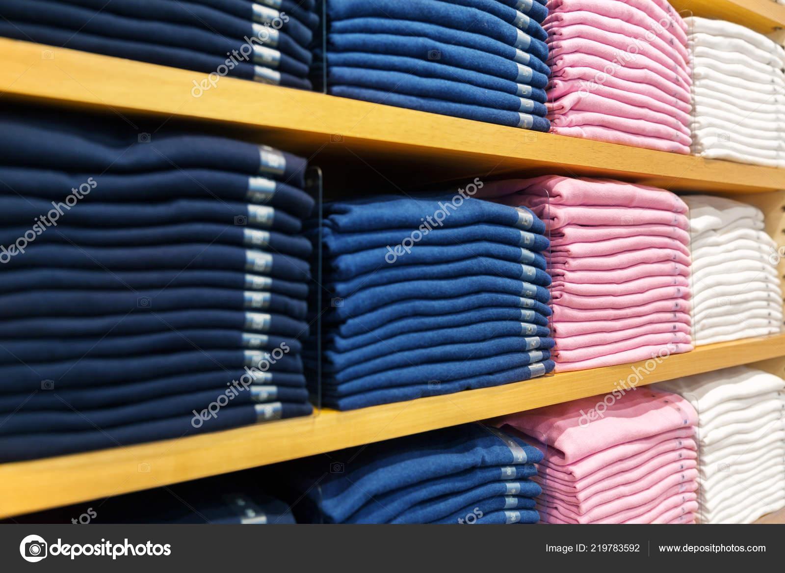 Zbliżenie Na Półki Z Ubrania W Sklepie Odzieżowym Zdjęcie