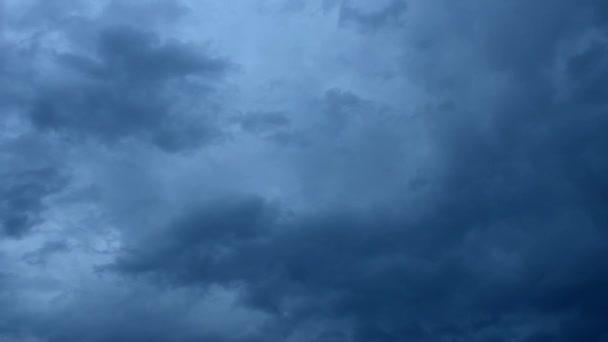 pohybující se na šedé mraky na obloze na večer časová prodleva