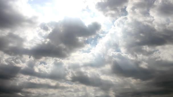 pozadí oblohy s pohyblivými šedé mraky ve dne s kopie prostoru, časová prodleva
