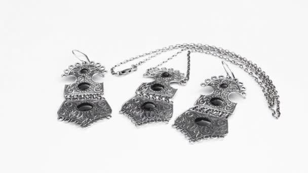 presentazione di orecchini in argento e anello isolato su sfondo bianco, primi piani