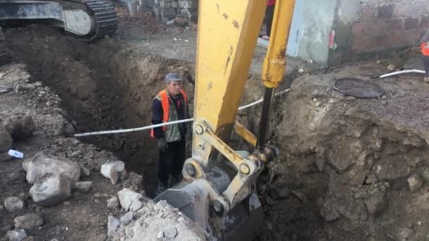 záběry ze stavební práce na stavbě moderní budovy