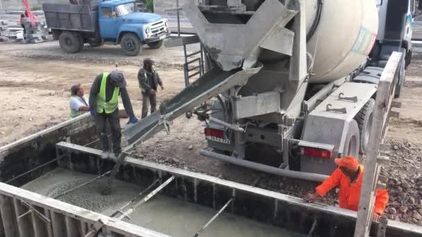 záběry ze stavební práce na stavbě moderní budovy s betonem