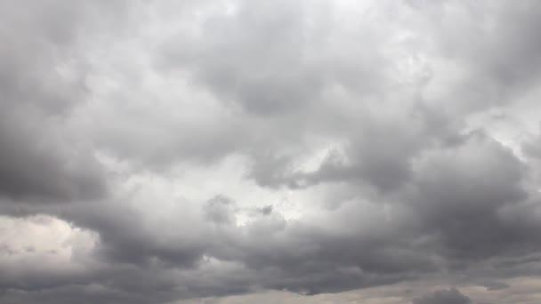 časová prodleva oblohy s pohyblivými šedé mraky s kopií prostor
