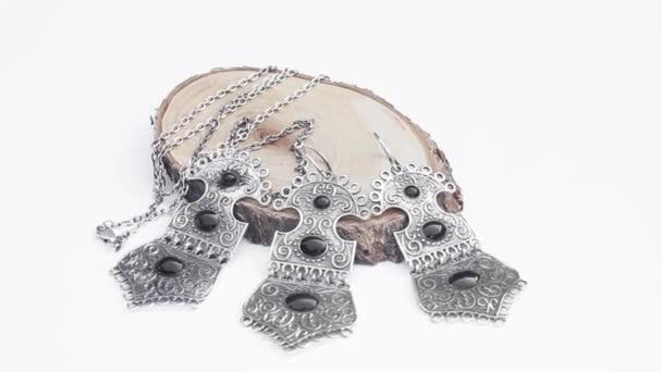 presentazione di orecchini in argento e anello sul pezzo di legno isolato su priorità bassa bianca, primi piani