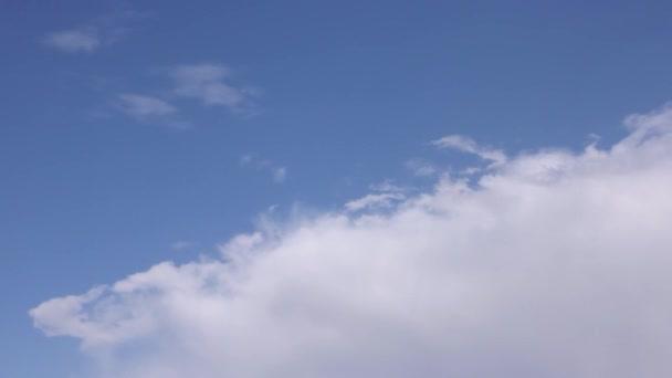 záběry z oblohy s pohyblivými bílá oblaka ve dne s kopie prostoru, časová prodleva