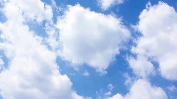 záběry z oblohy s pohyblivými mraky s kopie prostoru, časová prodleva
