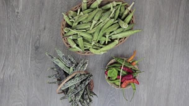 čerstvá zelenina na točícím kuchyňském stole