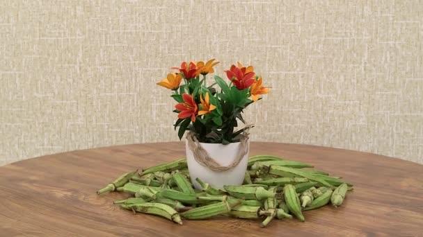 čerstvé zelené fazole na točící se kuchyňský stůl