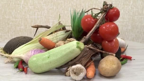 csendes élet friss zöldségekkel a forgó konyhaasztalon