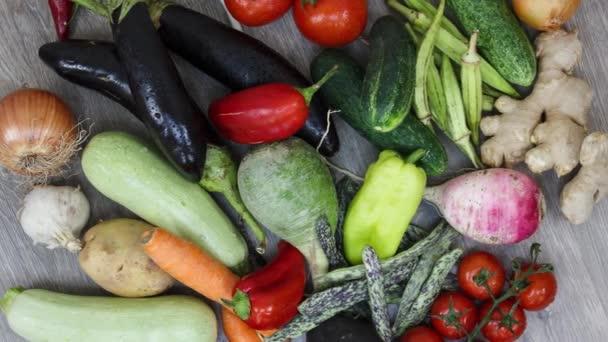 Közelkép a friss zöldségekről a konyhaasztalon