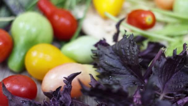 Zavřít pohled na čerstvá rajčata na kuchyňském stole
