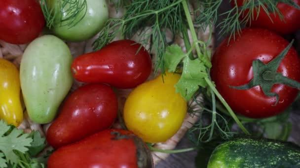 Zblízka pohled na čerstvá rajčata a bylinky na kuchyňském stole